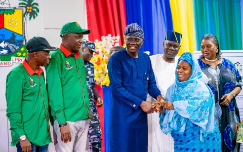 GOV SANWO-OLU HANDS OVER KEYS TO ALLOTEES OF ALHAJI LATEEF KAYODE JAKANDE GARDENS, IGANDO, AT LAGOS HOUSE, IKEJA ON FRIDAY 31TH JANUARY, 2020.