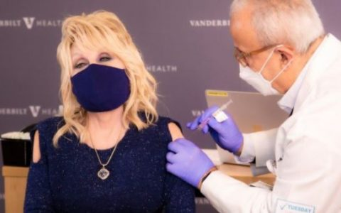 Dolly Parton Receives coronavirus vaccine